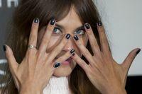 Celebrities Wonder 58082610_alexa-chung-alexa-manicure_7.jpg