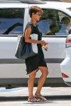 Celebrities Wonder 66104311_halle-berry-nail-salon_3.jpg