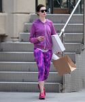 Celebrities Wonder 70780702_anne-hathaway-leggings_2.JPG