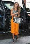 Celebrities Wonder 77726499_jessica-alba-street-style_2.jpg