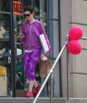 Celebrities Wonder 88037088_anne-hathaway-leggings_3.JPG