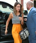 Celebrities Wonder 89569131_jessica-alba-street-style_4.jpg