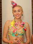 Celebrities Wonder 38154815_miley-cyrus-jeremy-scott-fashion-show_5.jpg