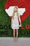 Celebrities Wonder 26458350_golden-heart-awards_Gigi Hadid 1.jpg