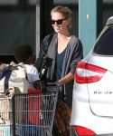 Celebrities Wonder 12246033_charlize-theron-shopping-Whole-Foods_5.jpg