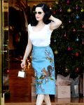 Celebrities Wonder 19847210_dita-von-teese-shopping_3.jpg