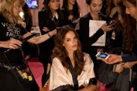 Celebrities Wonder 5253621_2014-Victorias-Secret-Fashion-Show-Hair-And-Makeup_Alessandra Ambrosio 2.jpg