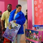 Celebrities Wonder 54767091_rihanna-shopping_6.jpg