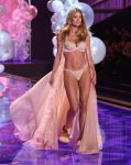 Celebrities Wonder 73356511_2014-Victorias-Secret-Fashion-Show-runway_Doutzen Kroes 2.jpg