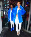 Celebrities Wonder 73984379_rihanna-shopping_3.jpg