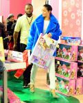 Celebrities Wonder 78031524_rihanna-shopping_2.jpg