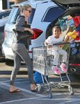 Celebrities Wonder 87370108_charlize-theron-shopping-Whole-Foods_4.jpg