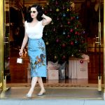 Celebrities Wonder 87997693_dita-von-teese-shopping_2.jpg