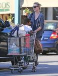 Celebrities Wonder 88019863_charlize-theron-shopping-Whole-Foods_2.jpg