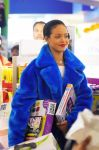 Celebrities Wonder 95938740_rihanna-shopping_7.jpg