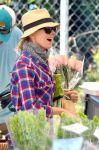 Celebrities Wonder 93179513_naomi-watts-farmers-market_4.jpg